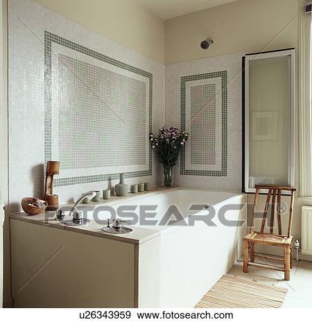 Mosaïque, mur carrelé, au-dessus, bain, dans, traditionnel, salle bains, à,  bambou, chaise, devant, plier, panneau verre Banque de Photo