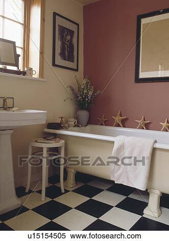 Noir blanc, chequerboard, vinyle, plancher, dans, rose, salle bains, à,  rolltop, bain Banques de Photographies