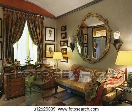 Specchio Sopra Divano.Ornare Doratura Circolare Specchio Sopra Divano In Livingroom Con Illuminato Lampade E Anticaglia Scrivania Archivio Fotografico