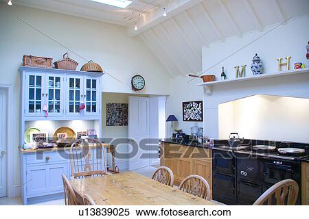 Stock afbeelding oud dennenboom tafel en stoelen in witte