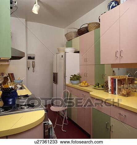 Archivio Fotografico - pastello, rosa, e, cucina verde, con, grande ...