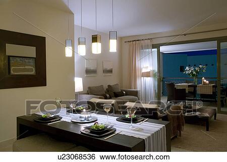 Pendente, luci, sopra, tavola cena, in, moderno, appartamento, soggiorno,  con, vista, attraverso, aperto, porte patio, a, tavola, su, balcone, notte  ...