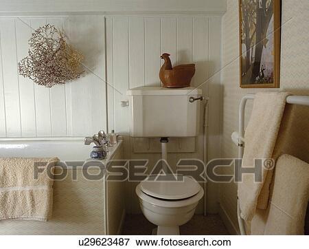 Poulet, ornement, sur, beige, toilette, dans, blanc, lambrissé, petite  maison, salle bains, à, fleurs séchées, au-dessus, bain Banque de Photo