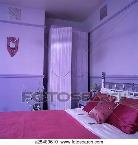 Rose, soie, coussins, et, rose, bedcover, lit, dans, mauve, chambre à  coucher, à, mauve, peint, garde-robe Banque d\'Image