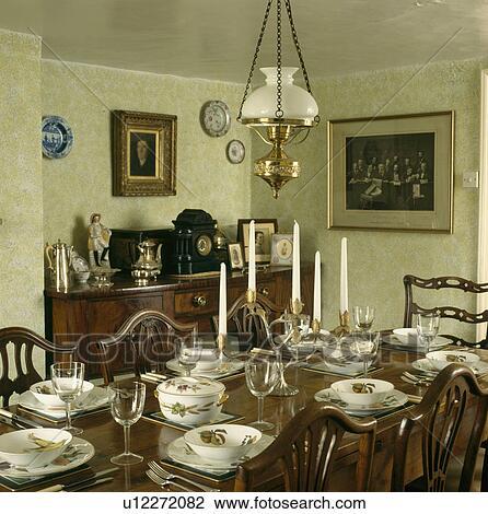 banque de photo style victorien lampe sur antiquit table fruit patterned vaisselle dans pays salle manger