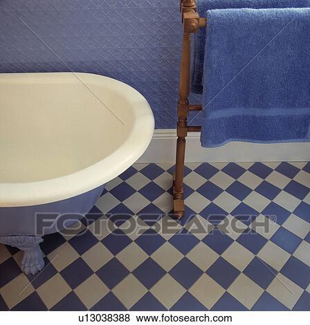 Teilausschnitt, von, blau weiß, badezimmer, mit, chequered, boden, und,  handtuch, rail. Stock Foto
