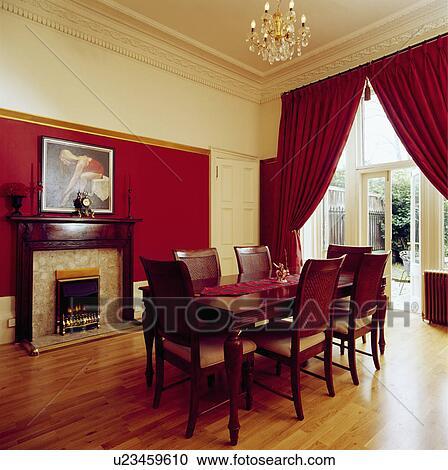 Archivio fotografico tende rosse e pavimenti di legno for Sala pranzo con caminetto