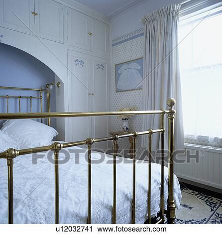 Traditionnel, chambre à coucher, à, laiton antique, lit, dans, alcôve, à,  built-in, stockage, armoires Banque d\'Image