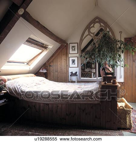 banque d 39 image lit au dessous velux fen tre dans grenier chambre coucher. Black Bedroom Furniture Sets. Home Design Ideas