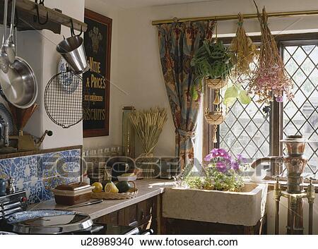 Archivio fotografico fiori secchi appendere sopra ceramica lavandino sotto grata - Cucine sotto finestra ...