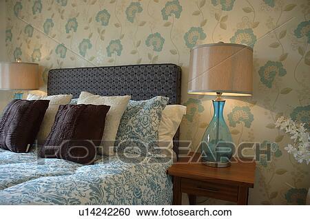 Blauwe Slaapkamer Lamp : Stock fotografie verlicht lampen met blauw glas basissen op