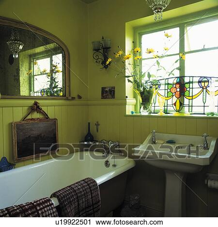 Vitrail, panneau, sur, fenêtre, au-dessus, bassin, dans, vert lime, salle  bains, à, rolltop, bain, et, lambris, à, dado, hauteur Banque d\'Image