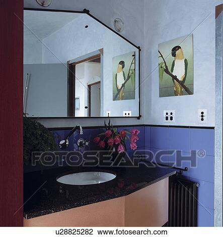 Specchio Angolare Per Bagno.Angolare Specchio Sopra Underset Bacino In Nero Rosa Vanita Unita In Moderno Blu Bagno Archivio Immagini