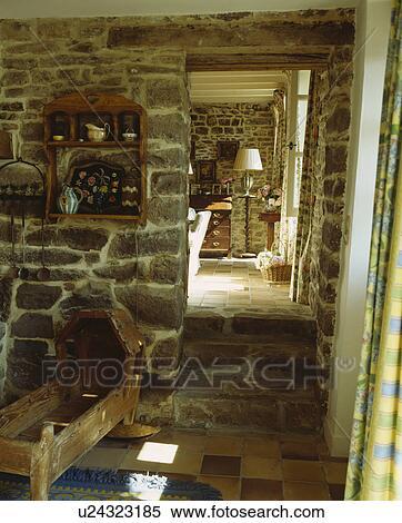 Anticaglia, legno, culla, in, cottage, salone, con, pareti pietra, e,  pavimento, e, porta, a, soggiorno Archivio fotografico