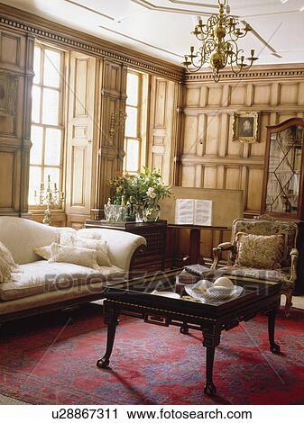 Fantastisch Antiker, Tray Table, In, Täfelung, Wohnzimmer, Mit, Nachgebildet, Roter  Teppich, Und, Creme, Sofa