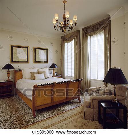 Banques de photographies antiquit lit et beige fauteuil dans neutre chambre coucher - Fauteuil de chambre a coucher ...
