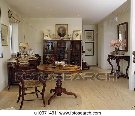 Antiquité Table Et Chaise Dans Moderne Blanc Salle Salle Manger à Plancher Bois Banque D Image