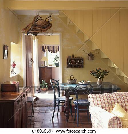 Bentwood, sedie, e, tavola legno, sotto, scala, in, giallo, cottage ...