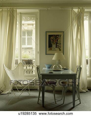 Archivio Immagini - bianco, farfalla, sedia, e, bianco, tenda, in ...