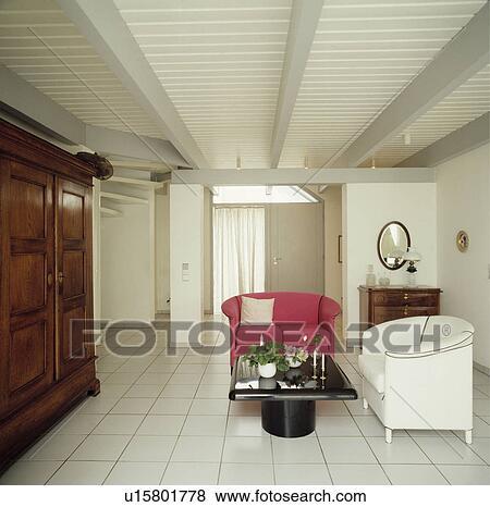 Bianco, mattonelle pavimento, in, moderno, bianco, soggiorno, con, rosa,  poltrona, e, sofà bianco Archivio Fotografico