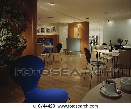 Tavolo Legno Per Sala Da Pranzo.Bianco Tavoli E Nero Sedie In Moderno Ristorante Sala Da Pranzo Con Pavimenti Di Legno Prefiniti Archivio Fotografico