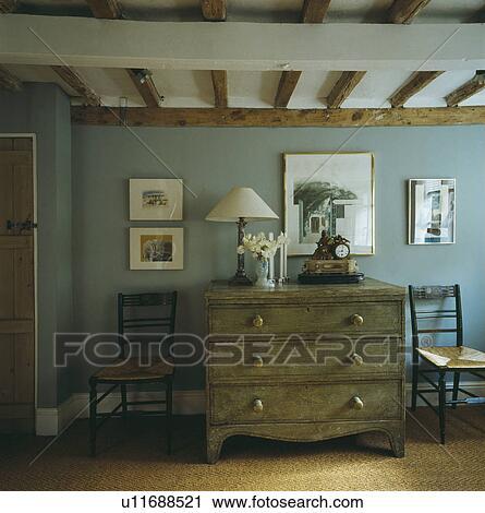Stock Fotografie Bilder Auf Blaue Wand Oben Antiker Kommode