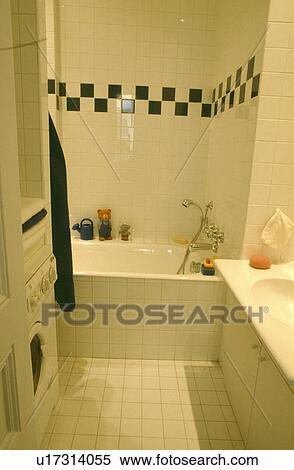 Black+white, gekachelt, umrandungen, auf, wand, oben, bad, in, modernes,  weiß, gekachelt, badezimmer, mit, waschmaschine Stock Fotografie