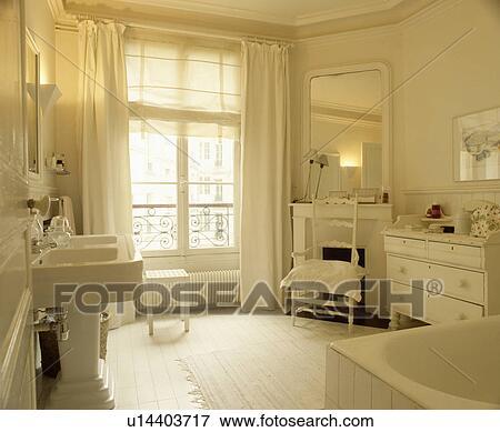 Blanc, aveugle, et, rideaux, sur, fenêtre, dans, blanc, salle bains, à,  blanc, commode, et, miroir, au-dessus, cheminée Banque de Photo