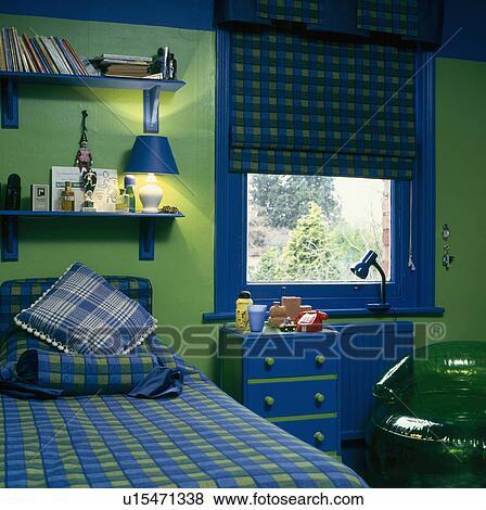 Bleu vert, vérifié, bedlinen, lit, au-dessous, bleu, étagères, dans,  enfant, vert, chambre à coucher, à, bleu, peinture, bleu, et, vert, ...