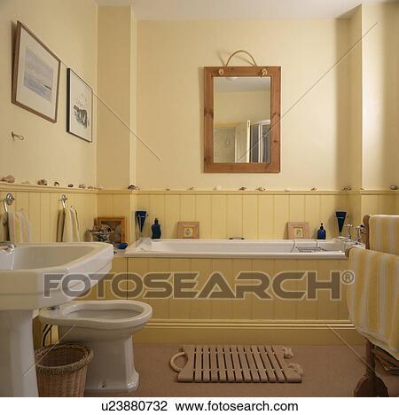 Bois, miroir, au-dessus, dado-panelling, et, lambrissé, bain, dans, pastel,  salle bains jaune, à, bois, bathmat, et, blanc, bassin, et, bidet Banque ...