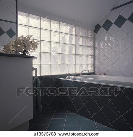 Images Brique Verre Fenêtre Dans Moderne Blanc Carrelé Salle - Verre fenetre salle de bain