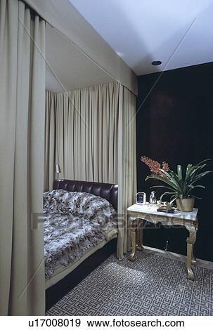 Fausse fourrure, couverture, lit, à, beige, tentures, dans, chambre à  coucher, à, modelé, gris, moquette, et, noir, mur Banque de Photo