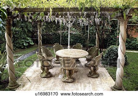 Banco de Fotografías - florido, piedra, sillas, y, tabla, en, patio ...