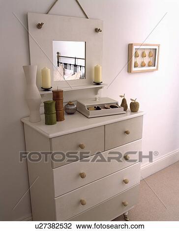 Stock Foto - geverfde, spiegel, en, ladenkast, in, een, hippe, witte ...
