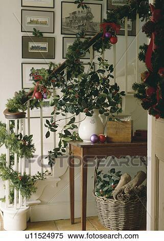 Stock bild girlanden von stechpalme und efeu mit nadelbaum zweige dekorieren - Treppenaufgang dekorieren ...