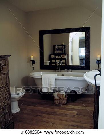 Grand, bois, miroir, au-dessus, blanc, rolltop, bain, dans, petit, beige,  salle bains, à, plancher bois Image