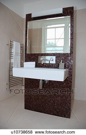 Grande, specchio, sopra, rettangolare, bianco, ceramica, bacino, su,  marrone, mosaico, parete affiancata, divisore, in, moderno, bagno Archivio  ...