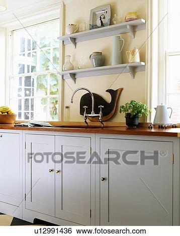 Grigio, mensole, su, crema, parete, di, moderno, cucina, con, pallido,  grigio, andato bene, credenze Archivio fotografico