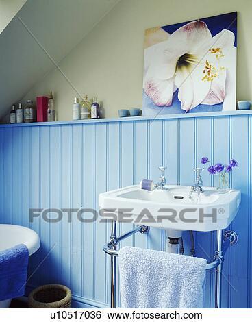 Stock Bilder Hellblau Dachgeschoss Badezimmer Mit Velux Stil