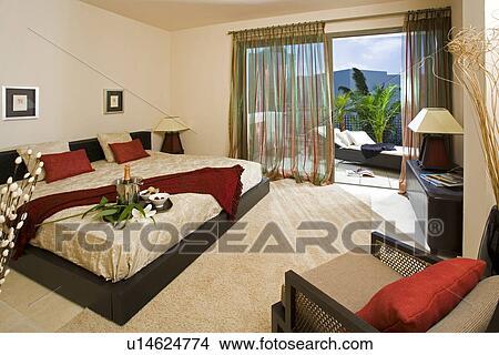 Tapijt Voor Balkon : Stock foto hippe slaapkamer met groot bed en room tapijt