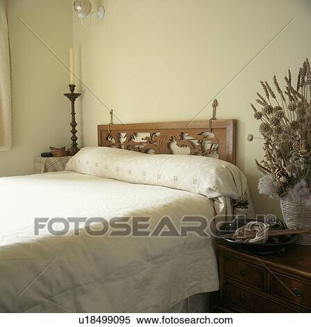 Intagliato, legno, testata letto, letto, in, neutrale, camera letto, con,  crema, biancheria da letto Archivio fotografico
