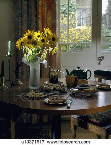Jaune, tournesols, sur, circulaire, bois, table haute, ensemble, pour, thé,  à, vue, de, jardin, par, windows français Banque de Photo