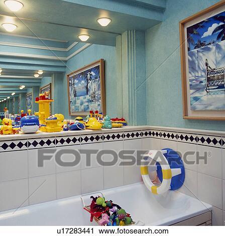 Stock Fotografie - kinder, badezimmer, mit, groß, spiegel, auf ...