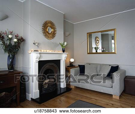 banque de photo miroir au dessus chemin e dans traditionnel salle de s jour u18758843. Black Bedroom Furniture Sets. Home Design Ideas