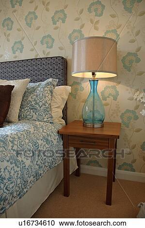 Moderne Bleu Flower Patterned Papier Peint Dans Chambre A Coucher A Verre Bleu Lampe Sur Bois Table Chevet Bleu Et Blanc Lindu Lit