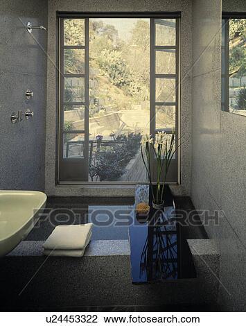 Moderne, gris, salle bains, à, douche, devant, grand, fenêtre Banque d\'Image