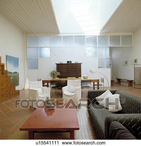 Moderno, bianco, soggiorno, con, tavola rossa, e, grigio, divano Archivio  Immagini
