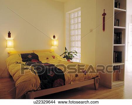Mur, lumières, au-dessus, coloré, couette, lit, à côté de, brique verre,  interne, fenêtre, dans, economy-style, sous-sol, chambre à coucher Image