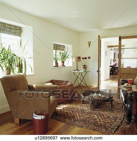 Orientalischer teppich, und, moderne möbel, in, weiß, hütte ...