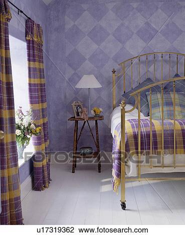 Peinture Effet Vérifié Murs Dans Mauve Chambre à Coucher à Purple Yellow Rideaux Et Lin Et Blanc Plancher Bois Banque D Image